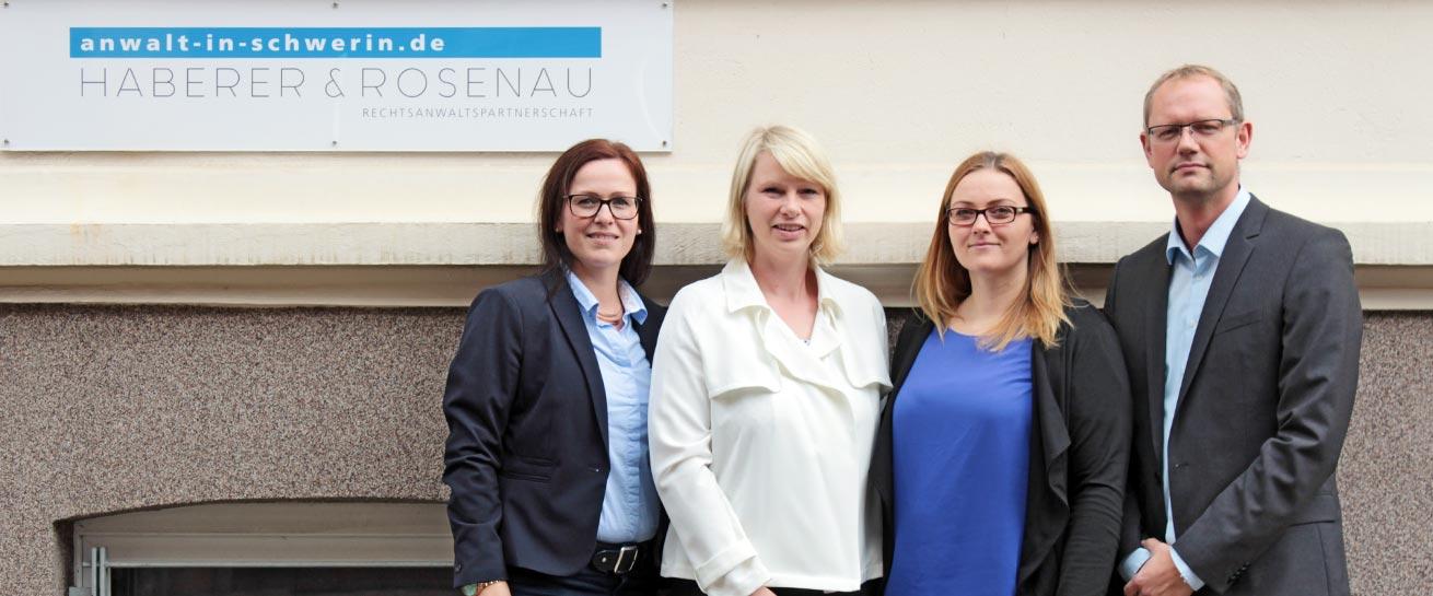 Rechtsanwalt Schwerin Team der Rechtsanwaltskanzlei vor dem Haus